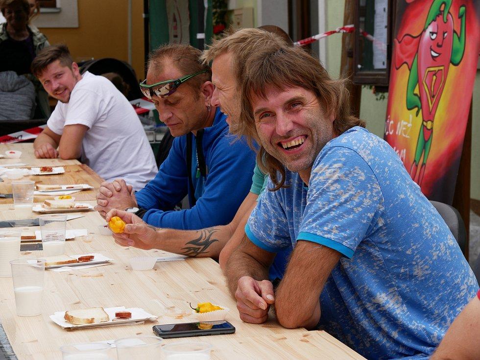 Ve Vírském Chilli Drakovi změřilo své síly deset příznivců pálivých pokrmů. Postupně vypadávali ti, kteří již nemohli v konzumaci předkládaného menu pokračovat. Na snímku stříbrný Kamil Hamerský (v popředí).