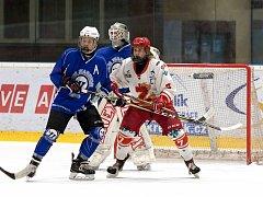 Mladší dorostenci Žďáru (v bílých dresech) v neděli podlehli Kometě Brno na jejím ledě 2:3.