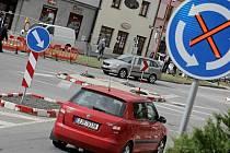S velkými problémy musejí počítat motoristé ve Velkém Meziříčí na Žďársku. Do konce října bude dopravu ve městě komplikovat stavba okružní křižovatky ulic Třebíčské, Hornoměstské a Pod Hradbami.