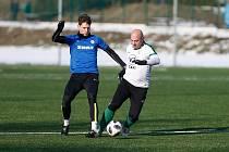 Fotbalisté Žďáru nad Sázavou (v modrém dresu střední obránce Tomáš Trojánek) v neděli na Bouchalkách porazili Novou Ves vysoko 7:1.