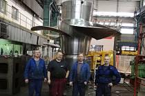 Pracovníci nástrojárny firmy ŽĎAS, kteří prováděli závěrečnou montáž oběžného kola Kaplanovy turbíny pro vodní elektrárnu Kamýk.