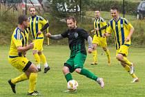 Fotbalisté Měřína (ve žluto-modrém) se stále ještě připravují individuálně. Trenér Karel Kružík jim chce dát šanci, aby dohnali případné fyzické resty.
