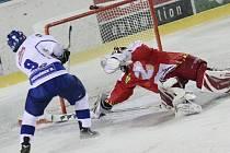 Ve zbrusu nových dresech vyjeli k zápasu s Táborem žďárští hokejisté. Ani ty ale nezabránily třetí prohře v řadě. Brankář Jiří Sláma (v červeném) totiž lovil ze své sítě puk hned čtyřikrát.
