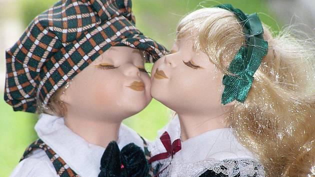"""NÁPADŮM SE MEZE NEKLADOU. Modely pro panenky mohou děti ušít, uplést nebo třeba uháčkovat. Porota pak ohodnotí nejen umělecký dojem, ale i to, jak oblečení panence """"sedne""""."""