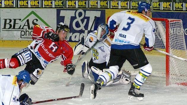 Hokejisté horáckého klubu (v bílém) inkasovali ve třech posledních kolech odstrašujících dvacet branek.