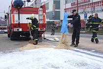 Náměstí Republiky bylo na zhruba dvě hodiny uzavřeno a dopravu tu řídila policie. Důvod? Na vozovku z projíždějícího automobilu unikla neznámá bílá látka, jež byla později identifikována jako lepidlo.