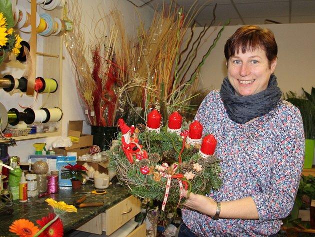 Advent a Vánoce jsou tématem víkendové prodejní výstavy Adventní ledové království, kterou ve Žďáře pořádá květinářství Marie Horákové (na snímku) Květinka. Výstava se otevře zítra v 10 hodin v Čechově domě.