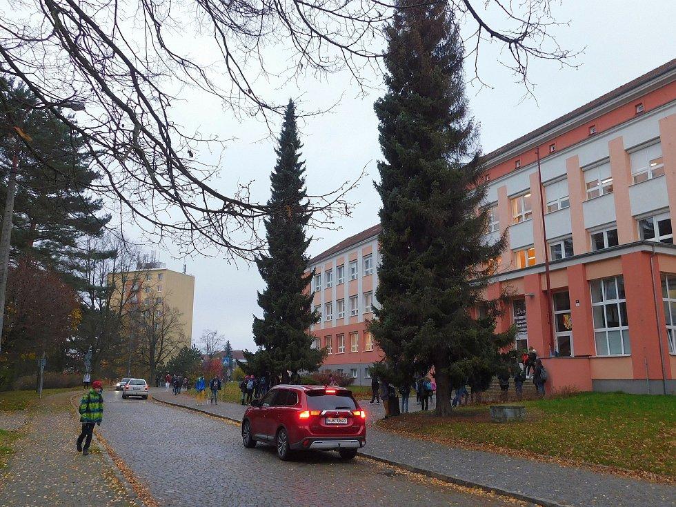 Komenského ulice před začátkem vyučování.