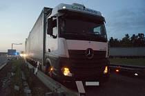 Ranní nehoda tří vozidel zablokovala dálnici D1 u Měřína.