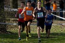 Žďárský běžec Pavel Dolák (druhý zleva s číslem 304) je v kategorii starších žáků třetím nejlepším běžcem na trojce.