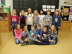 Na fotografii jsou žáci třídy 1. B paní učitelky Viery Buchtové z I. ZŠ v Novém Městě na Moravě. Příště představíme prvňáčky ze základní školy Palachova ve Žďáře nad Sázavou.