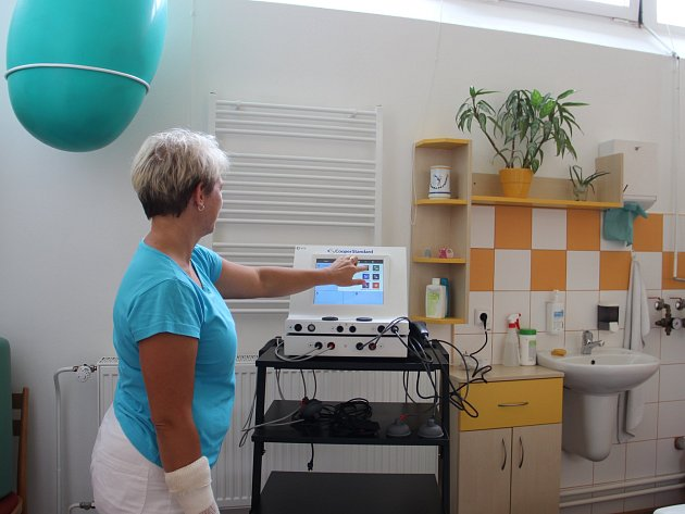 OBRAZEM: Poliklinika má nový přístroj, dá se používat i pro snížení bolesti