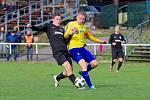 Podzim předchozího ročníku moravskoslezské divize D fotbalistům Žďáru nad Sázavu (v černém) i Velké Bíteše moc nevyšel.