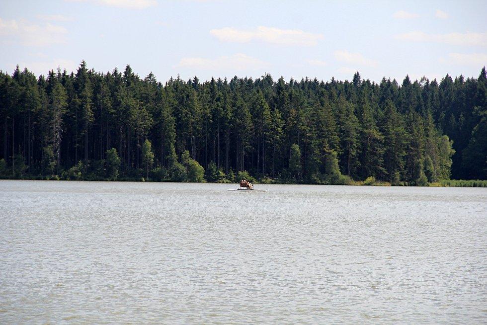 Voda v rybníku Medlovu je ke koupání nevhodná. Přesto se tam lidé koupou.