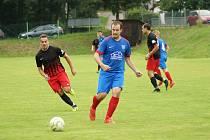 Fotbalisté Radešínské Svratky (v modrých dresech) v neděli totálně zkolabovali na hřišti Koutů.