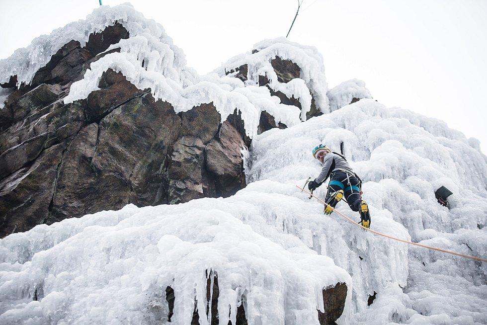 Horolezci na ledové stěně ve Víru.