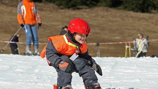 Přestože se teploty vyšplhaly až na třináct stupňů Celsia, přišli si na Harusově kopci během víkendu na své vyznavači zimních sportů.