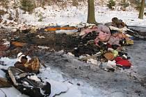 Tělo sedmpadesátiletého muže leželo u nedalekého lesa ve stanu, který rovněž shořel. Totožnost oběti se zatím nepodařilo určit, stejně jako příčinu požáru.
