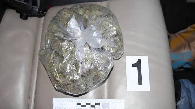 Při prohlídkách bylo zajištěno téměř 150 gramů pervitinu, kolem 150 kusů tablet extáze, více jak 100 gramů marihuany a hotovost převyšující 90 tisíc korun.