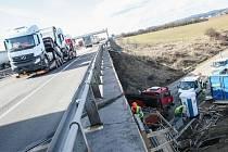 Na úsek dálnice D1 mezi Velkou Bíteší a Devíti kříži se po zimní pauze vrátili dělníci i technika.