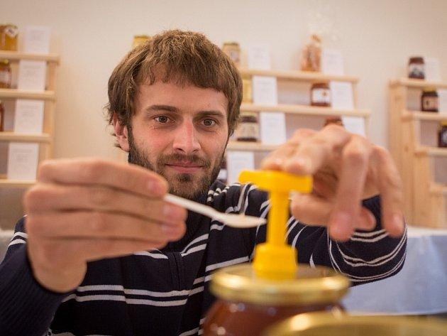 Různé druhy medu, perníčků, ale také medoviny, medového piva či léčiv a literatury budou k vidění, ochutnání i zakoupení v Novém Městě na Moravě. V pátek tam slavnostně zahájí 16. ročník včelařské výstavy Vůně medu.