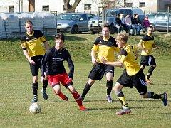 Ve víkendovém 5. kole I. A třídy – skupiny B se z vítězství radovali hráči Moravce (ve žlutém) i rezervy Nového Města na Moravě (v červeno-černém).