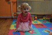 Natálku si rodiče z porodnice odváželi jako zdravé miminko, později u ní ale bylo zjištěno onemocnění dětskou mozkovou obrnou. Díky speciálním terapiím se ale její stav lepší.