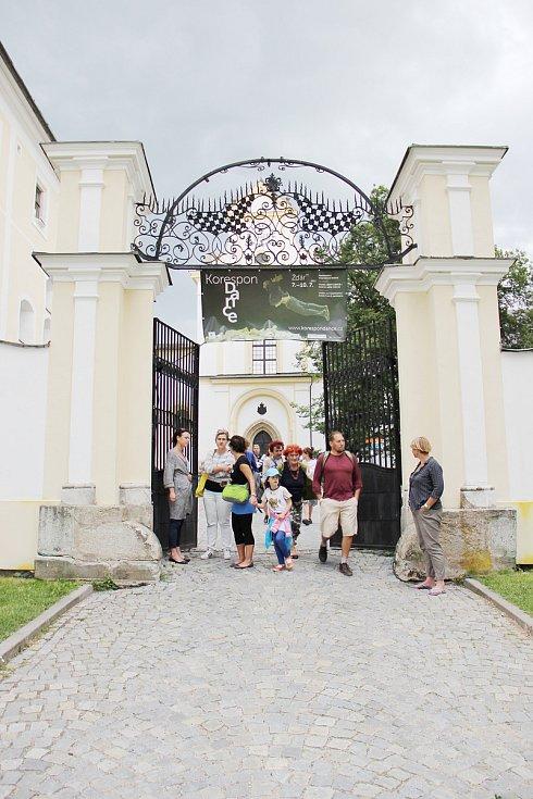O první světovou premiéru se na festivalu KoresponDance postaral Jean Gaudin se Sebastianem Fournierem a místním dětským pěveckým sborem Žďáráček. Představení se odehrálo v rozlehlém a opuštěném barokním sklepení žďárského zámku.