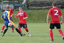 Fotbalisté Vrchoviny (v červeném) si na brankostroj museli pořádně počkat. Od 62. minuty ale stihli během čtvrthodiny čtyři góly a Studenec odjel s debaklem.