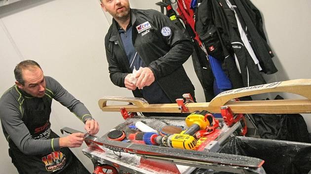 Role u českého servisu jsou dobře rozděleny. Mázu na klasické lyže má na starosti hlavně bývalý novoměstský běžec Vít Fousek (vpravo). V českém týmu je i jeho bývalý oddílový kolega Josef Kučera.
