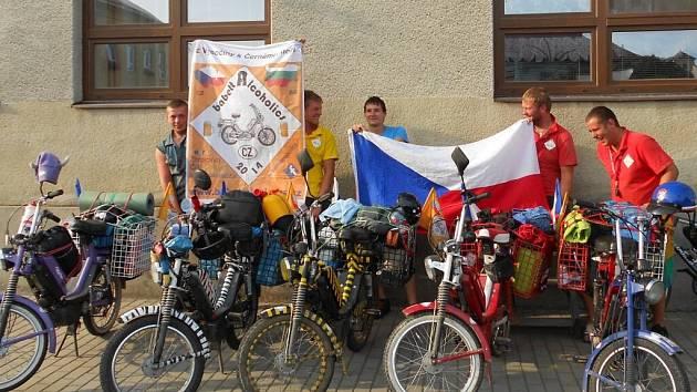 Parta odvážných mladých mužů z Rovečného na Vysočině podnikla cestu k Černému moři na Babettách 210. Jejich putování trvalo sedmnáct dní, ujeli tři tisíce šest set kilometrů a projeli osm zemí Evropy.