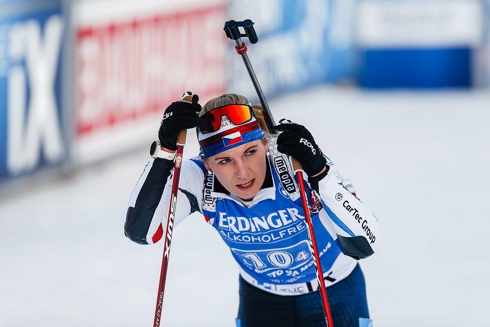 Lucie Charvátová v závodu Světového poháru v biatlonu - štafeta 4x6 km ženy.