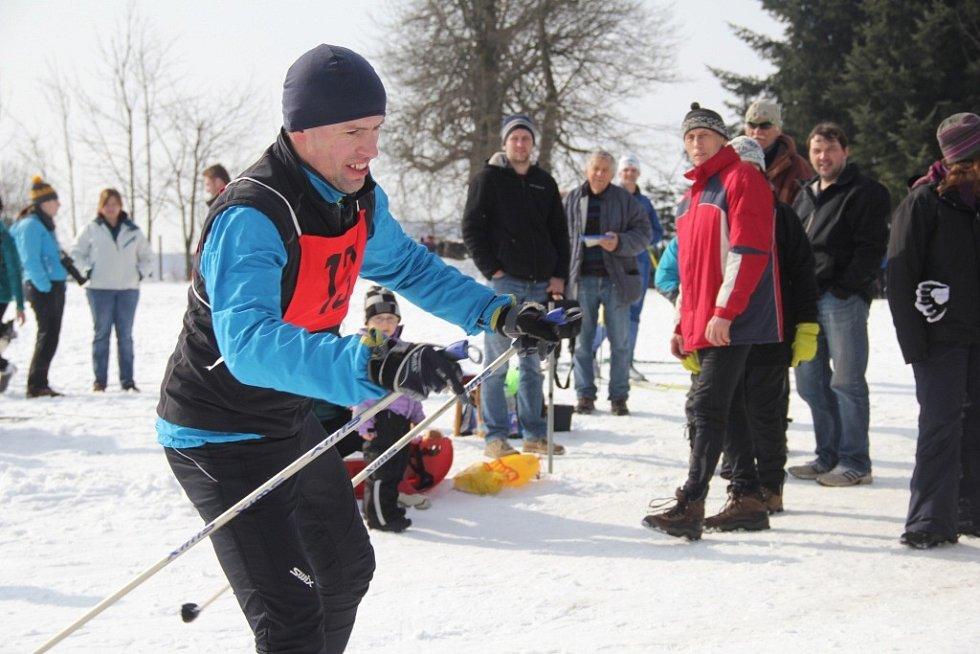 Horolezecká čtyřiadvacetihodinovka ve Studnicích. V zimě se jede na běžkách, v létě na kole. Foto z minulých ročníků