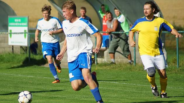Fotbalistům Rozsoch (v bílých dresech) patří po odehraných deseti kolech letošního ročníku okresního přeboru čtvrtá příčka.