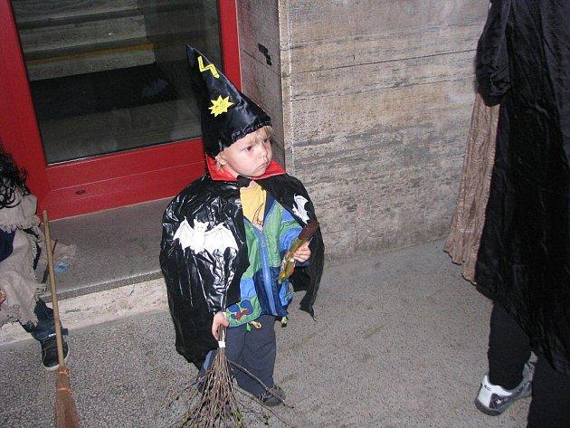 Do masek čarodějných bytostí se v pátek večer oděli i malí obyvatelé Bystřice nad Pernštejnem.