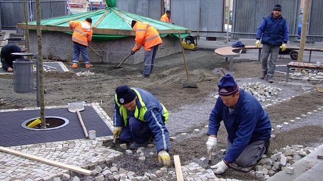 Stavební práce v Radniční ulici a na Havlíčkově náměstí ve Žďáře nad Sázavou pokročily až ke kašně, kolem které nyní vzniká nové dláždění ze žulových kostek.