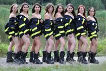 Osmičlenné ženské družstvo Sboru dobrovolných hasičů Ořechov-Ronov na Velkomeziříčsku nafotilo a vydalo kalendář na rok 2013. Jeho prodejem chtějí dívky podpořit hasičský sbor i si vydělat na hasičské vybavení.