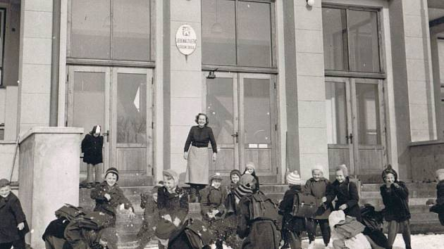 """""""Po škole trocha srandy"""" tak uvádí snímek z ledna 1959 bohatý školní fotoarchiv."""