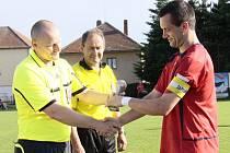 Kapitán Radostína Roman Kovář převzal z rukou předsedy OFS Žďár Jaroslava Beneše pohár pro vítěze okresního přeboru.