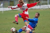 Fotbalový záložník Luboš Morkus (v červenobílém) bude na jaře po třech letech oblékat dres Jemnicka.