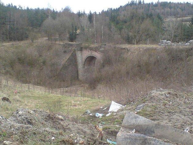 """Petrávečský most, zvaný Vysoký nebo též Loupežnický, byl postaven pravděpodobně v 16. století. Nyní se s ním neděje nic, jen to, že dál """"v poklidu"""" chátrá, ačkoli už od roku 1988 je zapsán ve státním seznamu nemovitých kulturních památek."""
