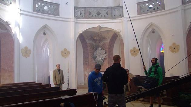Filmaři natáčejí v kostele svatého Jana Nepomuckého