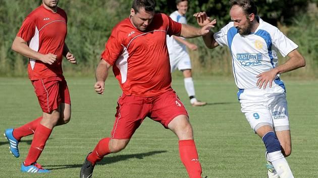 V jarní premiéře se fotbalistům Křoví (v červeném) nevedlo. Favorizovanému Moravci na domácí půdě podlehli 2:5 a zůstávají na dně tabulky.