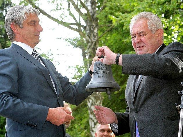 Dar strojařů ze žďárské firmy Žďas pro prezidenta váží 7,2 kilogramu a zní v tónině fis.