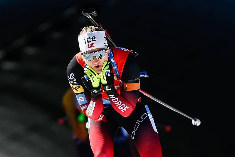 Marte Olsbu Roeiseland ve stíhacím závodu žen na 10 km.