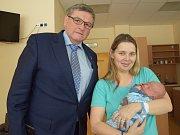 Hejtman Kraje Vysořina Jiří Běhounek s maminkou prvního letošního miminka Adámka Jarmilou Vrankovou.