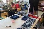 Výroba roušek.