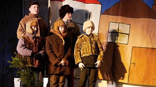 Představení má ve Ždáře více než dvacetiletou tradici. A ani letos si hraný příběh o narození Ježíše nenechaly ujít davy diváků.