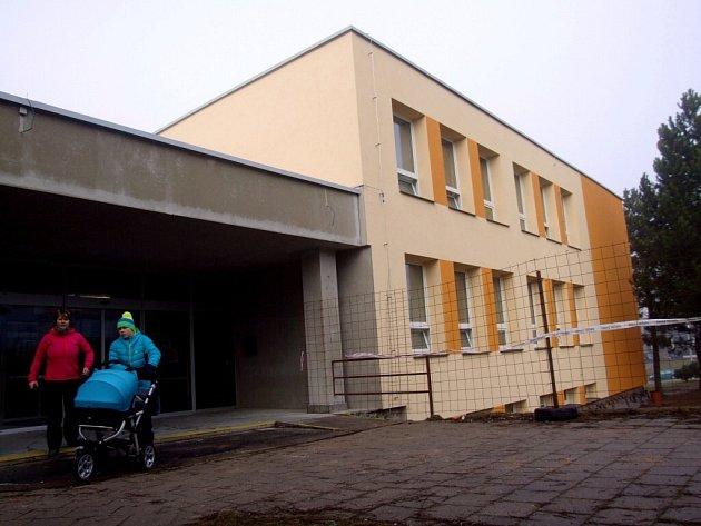 Opravovaná žďárská knihovna.