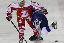 Hokejisté Žďáru nad Sázavou (v červeném útočník David Vítek) porazili Sokolov 4:0 a vyhráli potřetí v řadě.